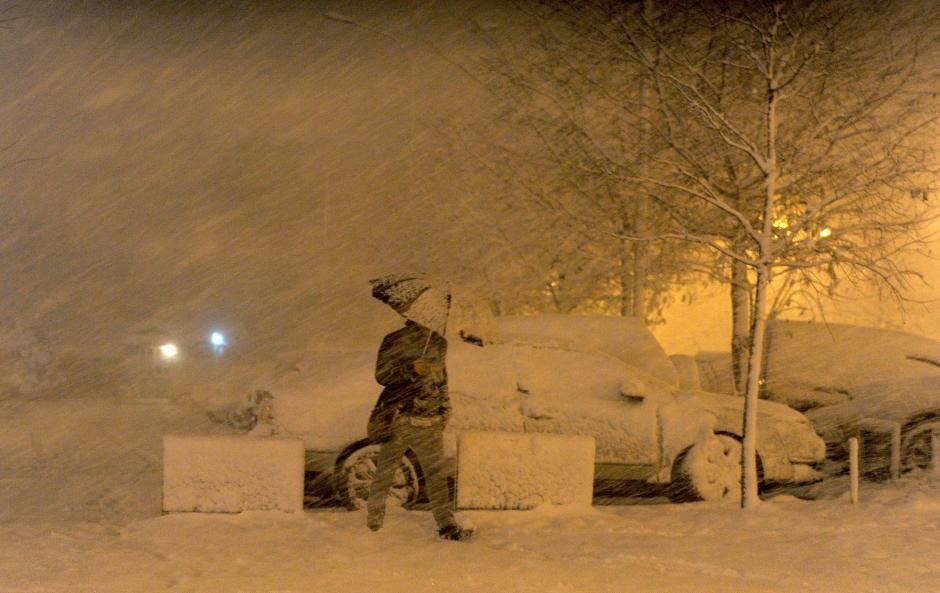 En la foto del día 27 de noviembre un hombre camina con dificultad bajo la nieve en la ciudad de Skopje, Macedonia, en donde se sufre un temporal de nevadas. (Georgi Licovski/EFE)