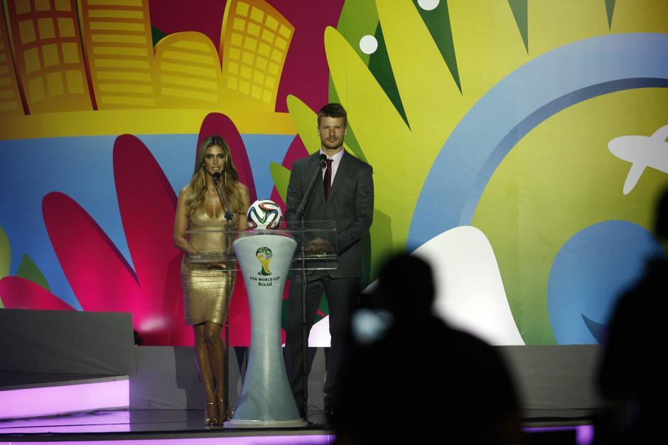 Los brasileños Fenanda Lima y Rodrigo Hilbert, los conductores del evento. (Foto: AFP)