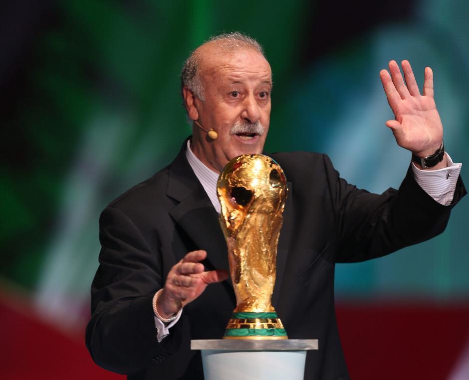 Vicente del Bosque, técnico de España, entregó la Copa del Mundo durante el sorteo. (Foto: AFP)