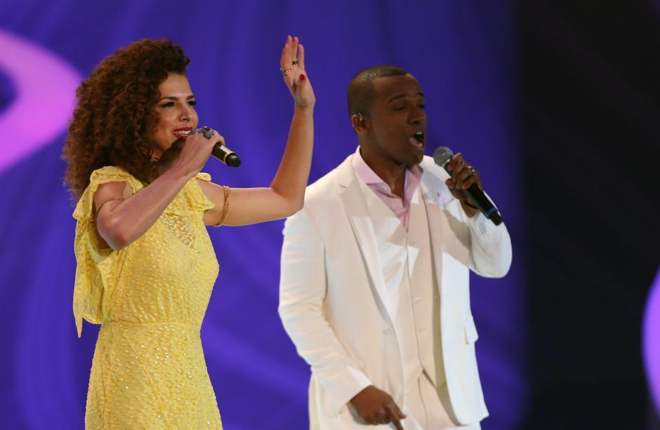 Vanessa de Matta y Alexandre Pires subieron al escenario para cantar antes del gran sorteo. (Foto: EFE)