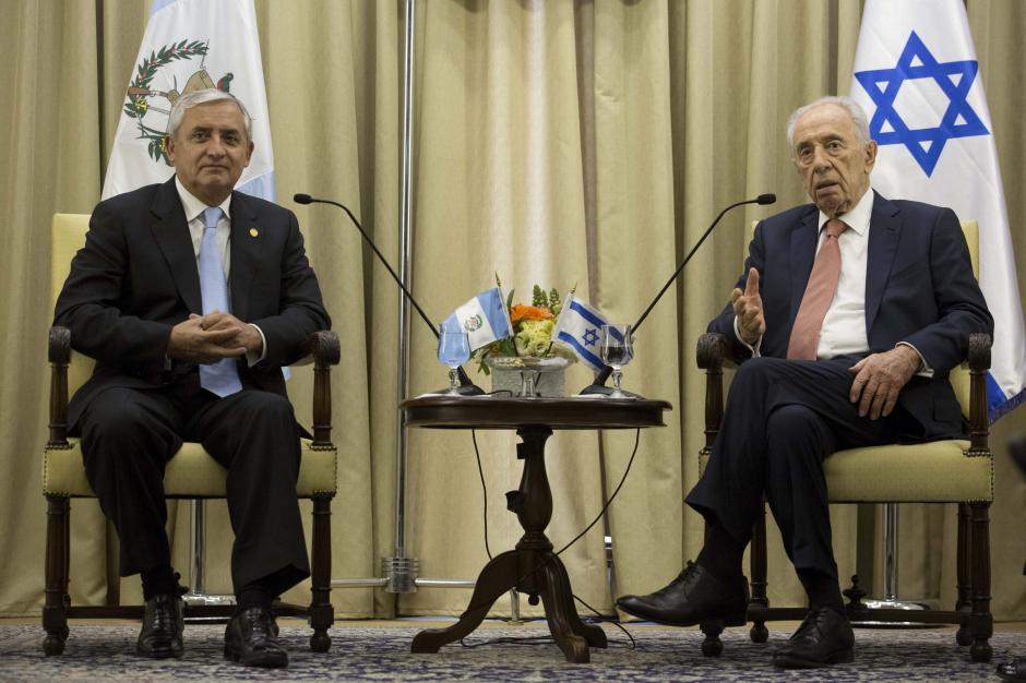 El presidente de Guatemala Otto Pérez en conferencia con Simon Peres. Foto EFE