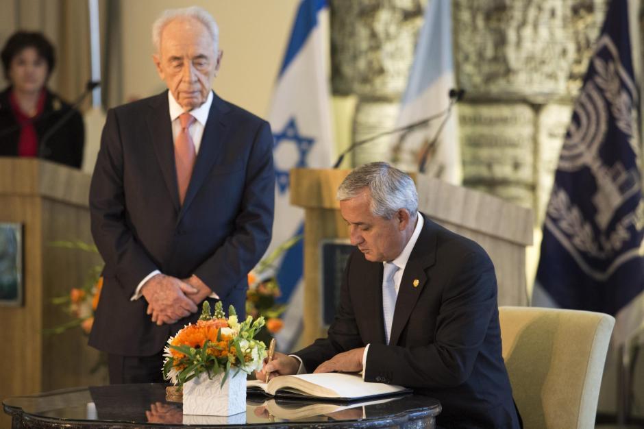 Otto Pérez firmando el libro de oro de invitados especiales en Israel. Foto EFE