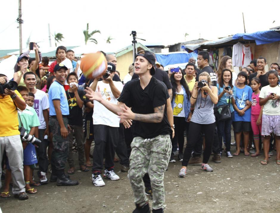 El cantante de 19 años bailó mientras las personas le grabaron con sus celulares. (Foto: EFE)