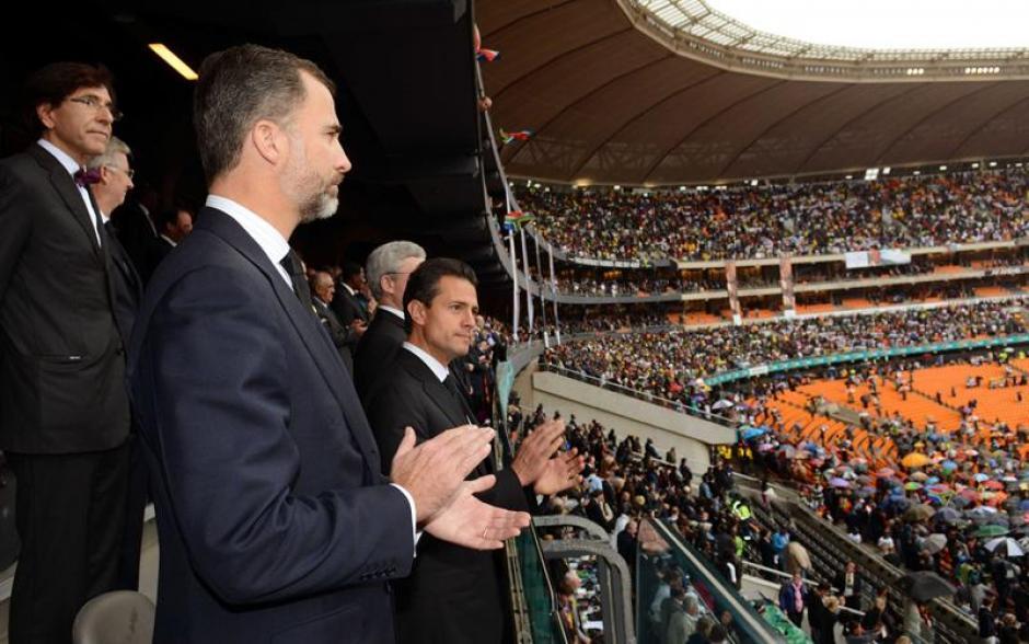 El príncipe de Asturias, Felipe de Borbón (2i), junto al presidente de México, Enrique Peña Nieto (c) acompañan la masiva asistencia de sudafricanos al servicio religioso en memoria del fallecido exmandatario Nelson Mandela en Johannesburgo, Sudáfrica. (Foto: EFE)