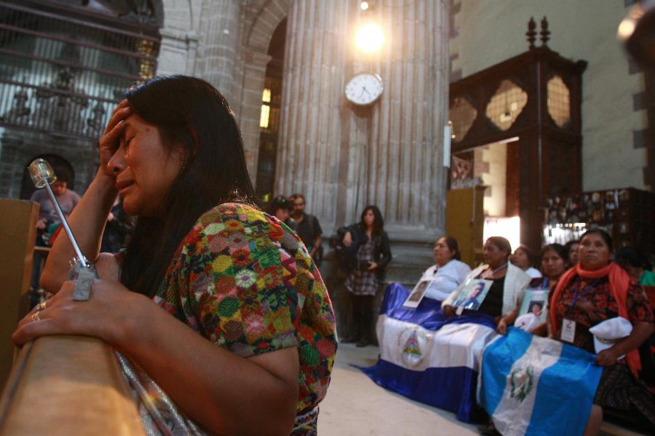 Un grupo de madres centroamericanas procedentes de Honduras, El Salvador, Guatemala y Nicaragua oran en una Catedral mexicana por sus familiares desaparecidos. (EFE)