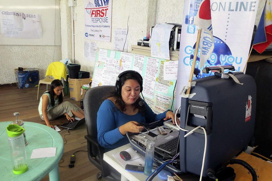First Response Radio trabaja 17 horas diarias para llevar mensajes de ánimo a los filipinos