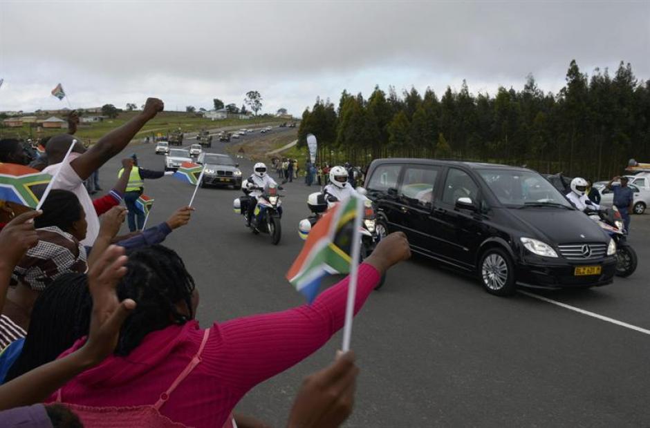 Miles de personas reciben los restos del líder sudafricano Nelson Mandela en Qunu, donde será sepultado. (Foto: EFE)