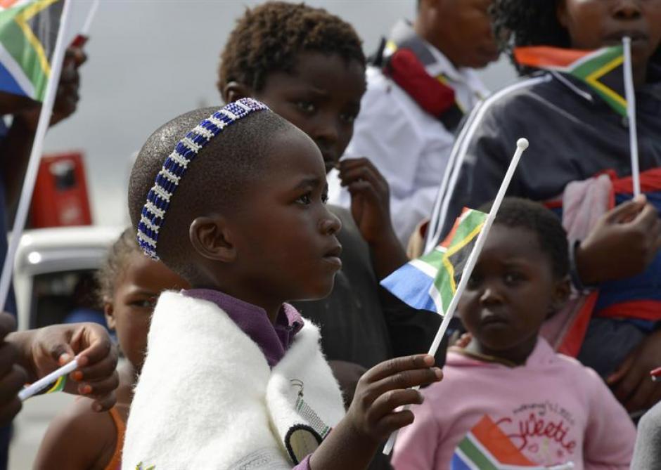 Personas de todas las edades han salido al paso de la comitiva que acompaña los restos del líder sudafricano Nelson Mandela, quien será sepultado en Qunu. (Foto: EFE)
