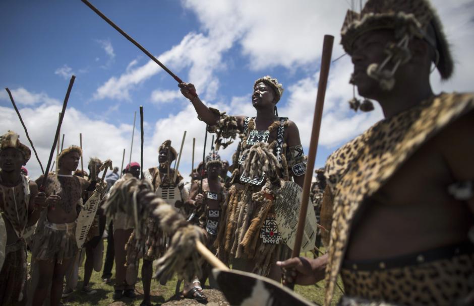 Hombres de la tribu Zulu realizan danzas rituales en la ceremonia de entierro de Nelson Mandela en su aldea ancestral de Qunu, Sudáfrica. (Foto: EFE)