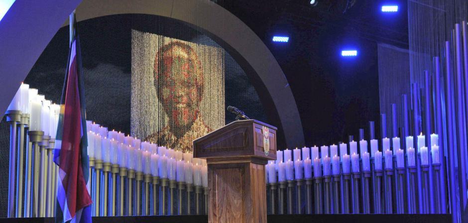 95 velas recuerdan los años del ex presidente sudafricano Nelson Mandela, durante el último adiós a Nelson Mandela en Qunu, Sudáfrica. (Foto: EFE)