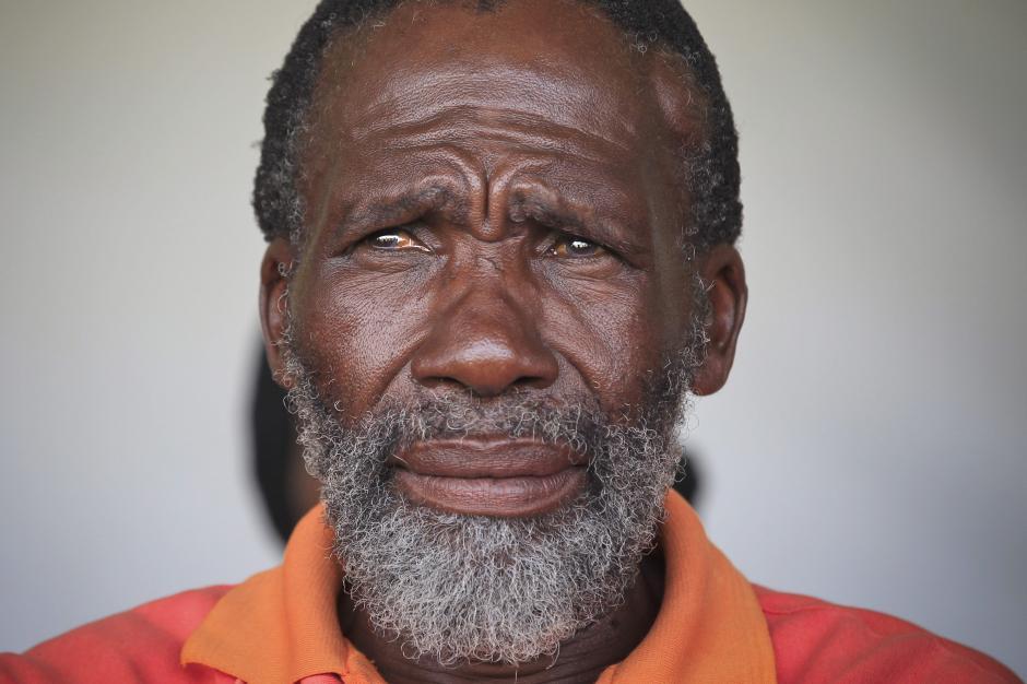 Un anciano residente de Qunu tiene lágrimas en los ojos mientras observa la transmisión en vivo del funeral de Nelson Mandela. (Foto: EFE)