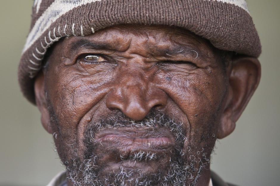 Este anciano, como muchas personas estuvieron presentes en el último adios de su líder, quien luchó por los derechos de igualdad. (Foto:EFE)