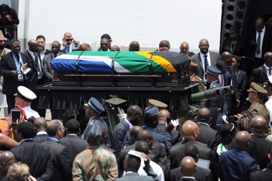 El cortejo fúnebre del ex presidente sudafricano Nelson Mandela, durante el ceremonial que se efectuó en Qunu, Sudáfrica. (Foto: EFE)