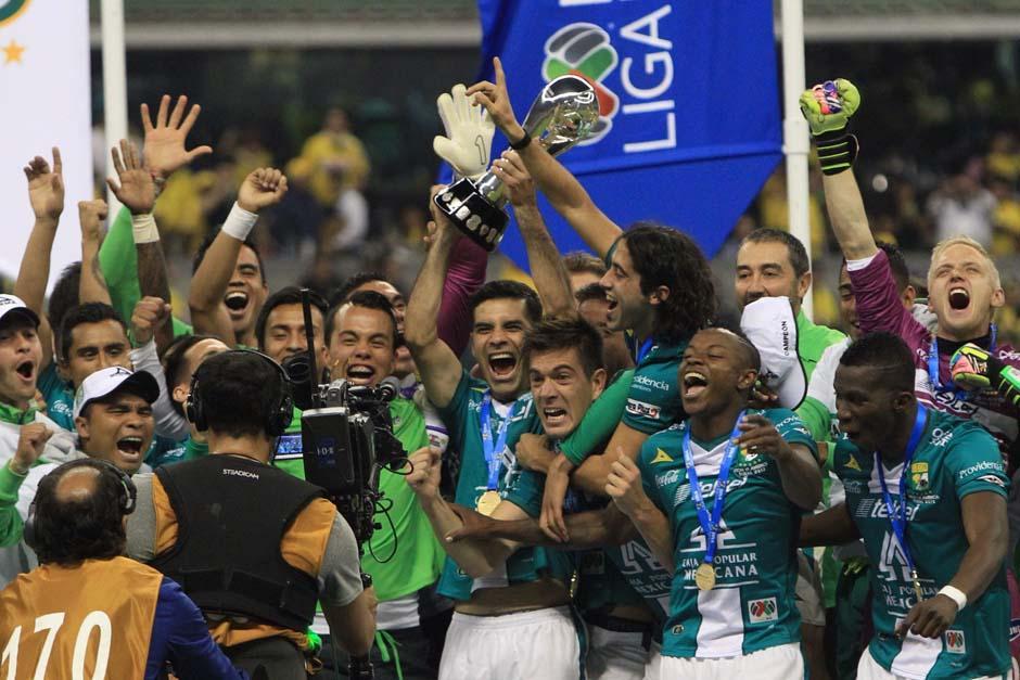 El capitán del León, Rafa Márquez, levanta el título ganado a domicilio