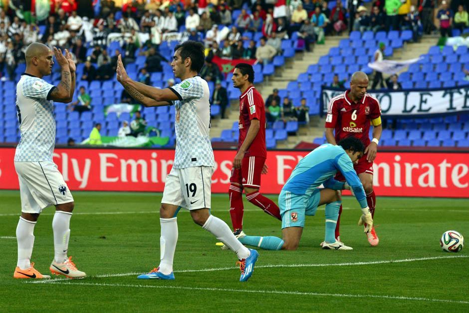 Humberto Suazo y César Delgado se felicitan tras marcar el 3-1 ante el Al Ahly en el Mundial de Clubes
