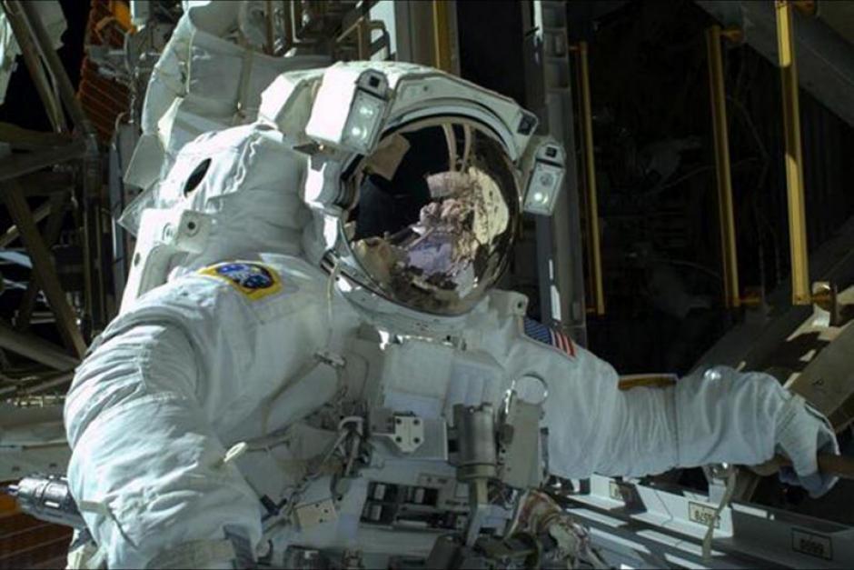 Fotografía cedida por la NASA muestra al ingeniero Mike Hopkins durante un paseo por la Estación EspacialInternacional (ISS). (Foto: EFE)