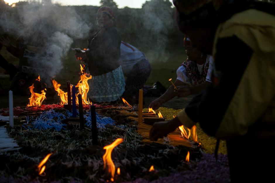 Una ceremonia maya se celebró al alba del domingo 29 de diciembre en el sitio arqueológico de Kaminal Juyú. (Foto: EFE)