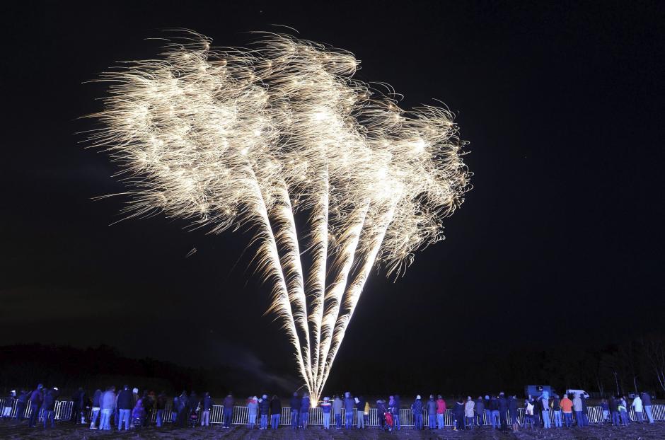 """Vista del ensayo del espectaculo de fuegos artificiales previo a la celebración del Año Nuevo, efectuado por la pirotecnia """"Pyroland"""", en Lauenbr, Alemania. La venta de fuegos artificiales en el mercadillo de Año Nuevo en las instalaciones de """"Pyroland"""" está acompañado por una exhibición de pirotecnia. (Foto: EFE/Ingo wagner)"""