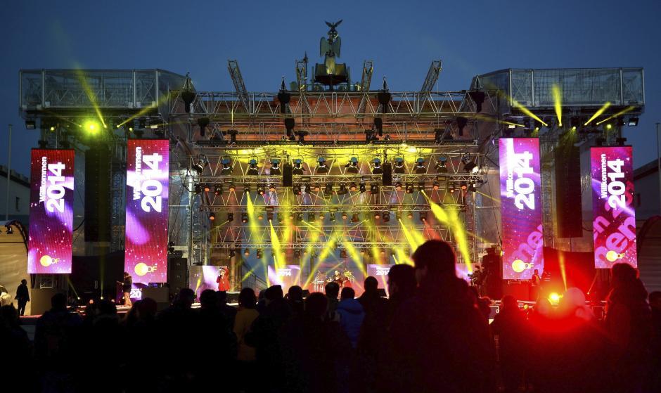 Vista del escenario instalado frente a la Puerta de Brandeburgo, durante el ensayo para la celebración de la Nochevieja, en BerlÌn, Alemania. (Foto:EFE/Britta Pedersen)