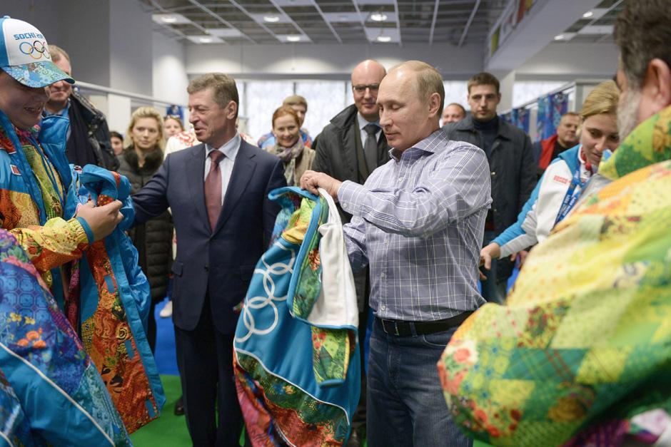 El presidente ruso Vladimir PUtin visita el centro de voluntarios de Sochi 2014, donde reciben capacitaciones sobre orden y control.