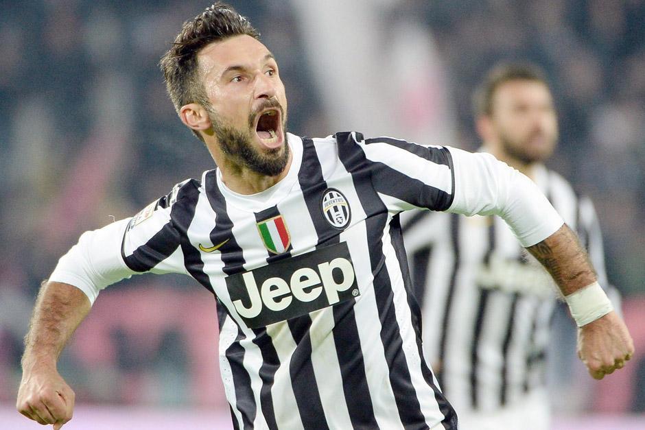Mirko Vucinic celebra luego de anotar el penalti que puso el definitivo 3-0 ante la Roma