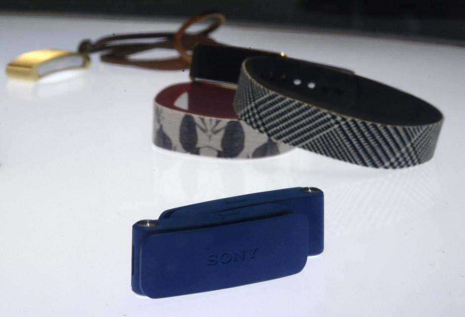 Vista de rastreadores de actividad Sony Smart Band. (Foto: EFE/Michael Nelson)