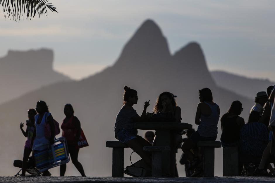 """Los morros, o """"panes de azúcar"""" como se les llama a esta topografía característica de las playas de Río de Janeiro, sobre el mar Atlántico. Foto EFE"""