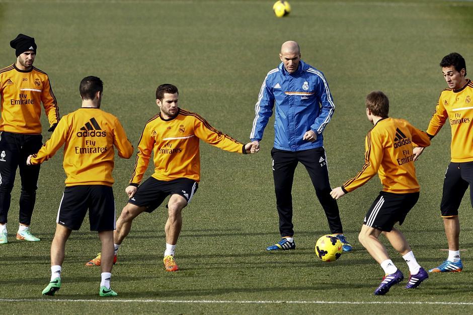 Zinedine Zidane junto a varios jugadores del Real Madrid en el último entreno previo a enfrentar al Espanyol