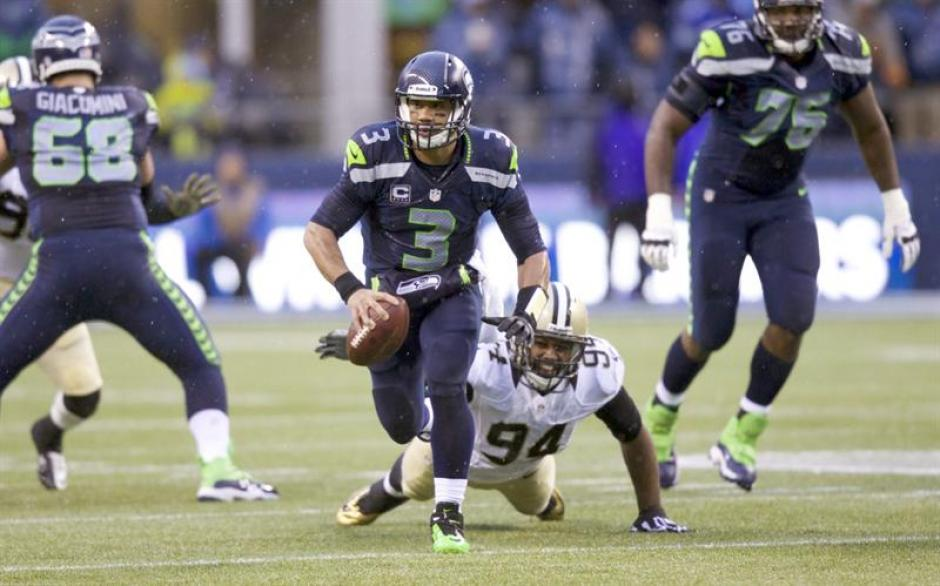 El mariscal de campo de los Seahawks de Seattle, Russell Wilson evade al defensa de los Saints de Nueva Orleans Cameron Jordan durante la primera mitad del partido entre los Saints de Nueva Orleans y los Seahawks de Seattle. (Foto:EFE)