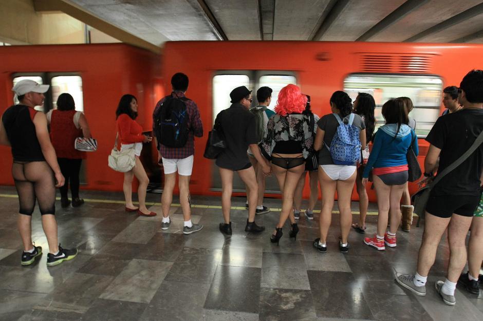 """Un grupo de jóvenes viaja en ropa interior como parte del movimiento """"Día de subirse al metro sin pantalones"""", en México. (Foto: EFE/Mario Guzmán)"""
