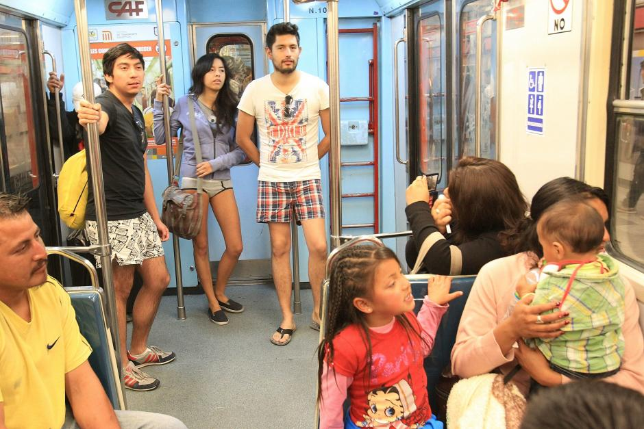 """Un grupo de personas viaja en ropa interior como parte del movimiento """"Día de subirse al metro sin pantalones"""", en México. (Foto: EFE/Mario Guzmán)"""