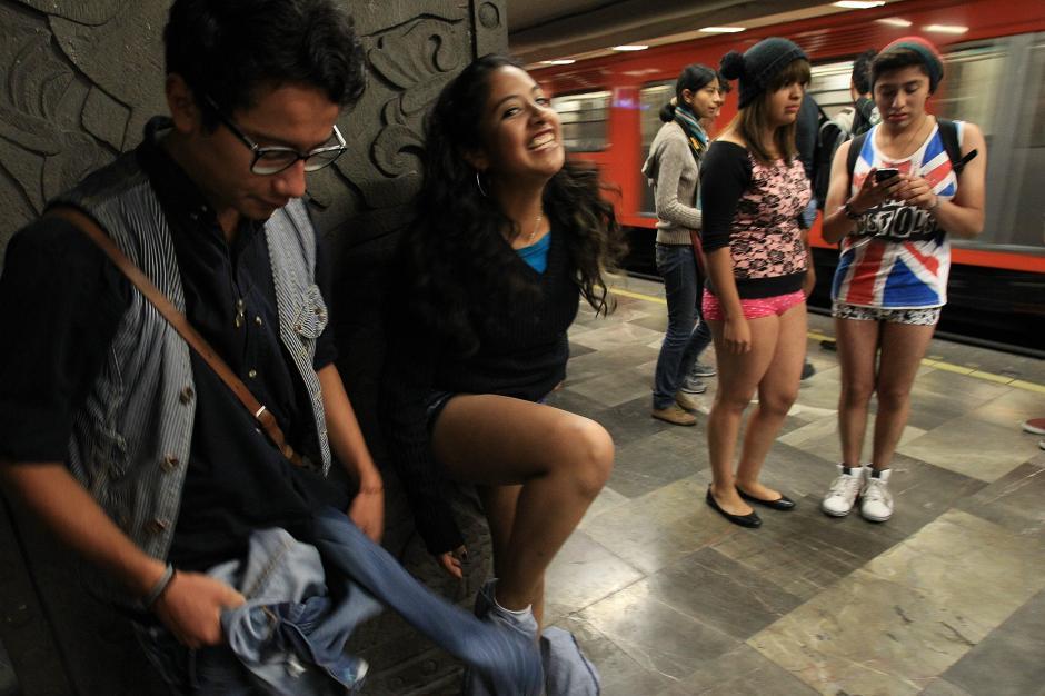 """Un grupo de personas viaja en ropa interior en el metro de la Ciudad de México, como parte del movimiento """"Viaje en el metro sin pantalones"""" que se celebra en diversas ciudades del mundo. (foto: EFE/Mario Guzmán)"""