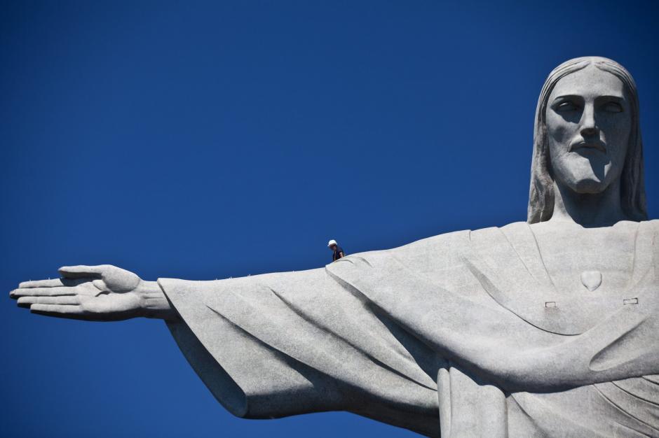 Los trabajos, que se prevé duren un mes, están siendo realizados por operarios especializados en rapel y alpinismo, con el fin de evitar el uso de andamios, explicó la archidiócesis, que vela por la escultura. (Antonio Lacerda/EFE)
