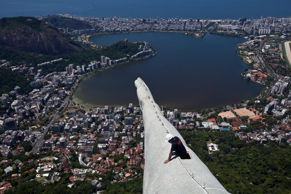 Las obras de mantenimiento y recuperación del Cristo Redentor de Río de Janeiro, el monumento más emblemático de Brasil, comenzaron después de que la escultura fuera dañada por el impacto de varios rayos, el último la semana pasada. En la imagen un trabajador inspecciona la estatua. (Antonio Lacerda/EFE)