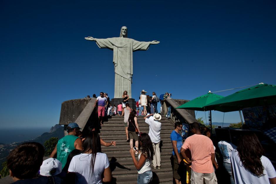 La estatua construida en 1931 en la cima del cerro del Corcovado también es Patrimonio Histórico de Brasil y recibe cada año cerca de 700.000 turistas. (Antonio Lacerda/EFE)