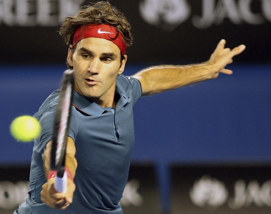 El tenista suizo Roger Federer golpea la bola durante su partido de cuartos de final del Abierto de Australia disputado contra el britanico Andy Murray.EFE/David Crosling
