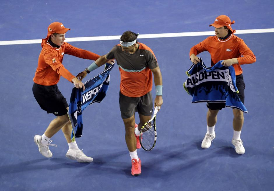Los recogepelotas entregan toallas al tenista español Rafael Nadal, quien gano en 3 sets a su amigo Roger Federer.EFE/Mast Irham
