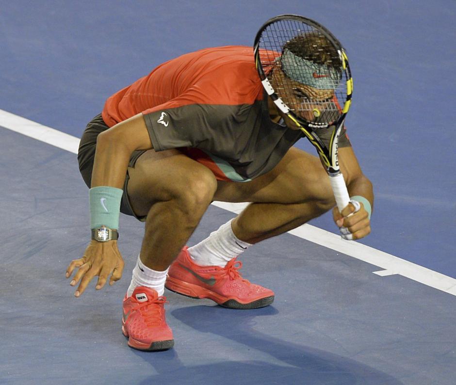Rafael Nadal observa a donde va su pelota durante el partido que gano en Melbourne, el español mostro un juego inspirado.EFE/Joe Castro
