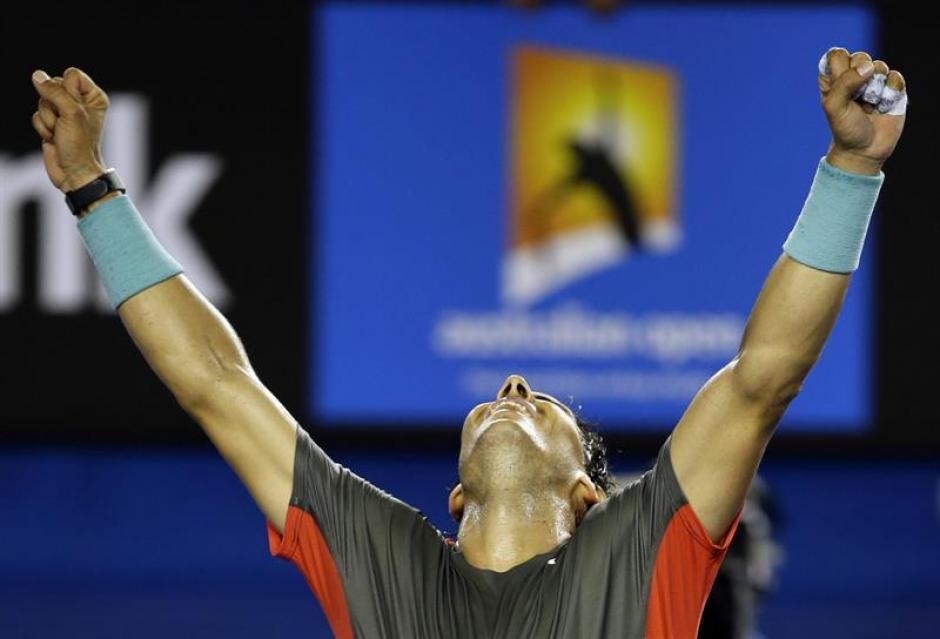 El tenista español Rafael Nadal celebra la victoria ante el suizo Roger Federer tras el partido de semifinales del Abierto de Australia de tenis que les enfrentó en Melbourne (Australia).EFE/Narendra Shrestha