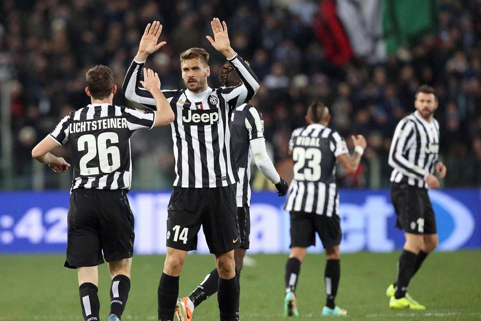 El español Fernando Llorente celebra con su compañero Stephan Lichtsteiner tras anotar el 1-1 que puso el empate definitivo en el juego entre el Lazio y la Juventus