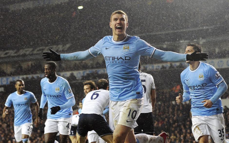 Edin Dzeko celebra el tercer gol ante el Tottenham, en un juego que terminó 4-1 a favor del Manchester City y llevó a los citizens al liderato