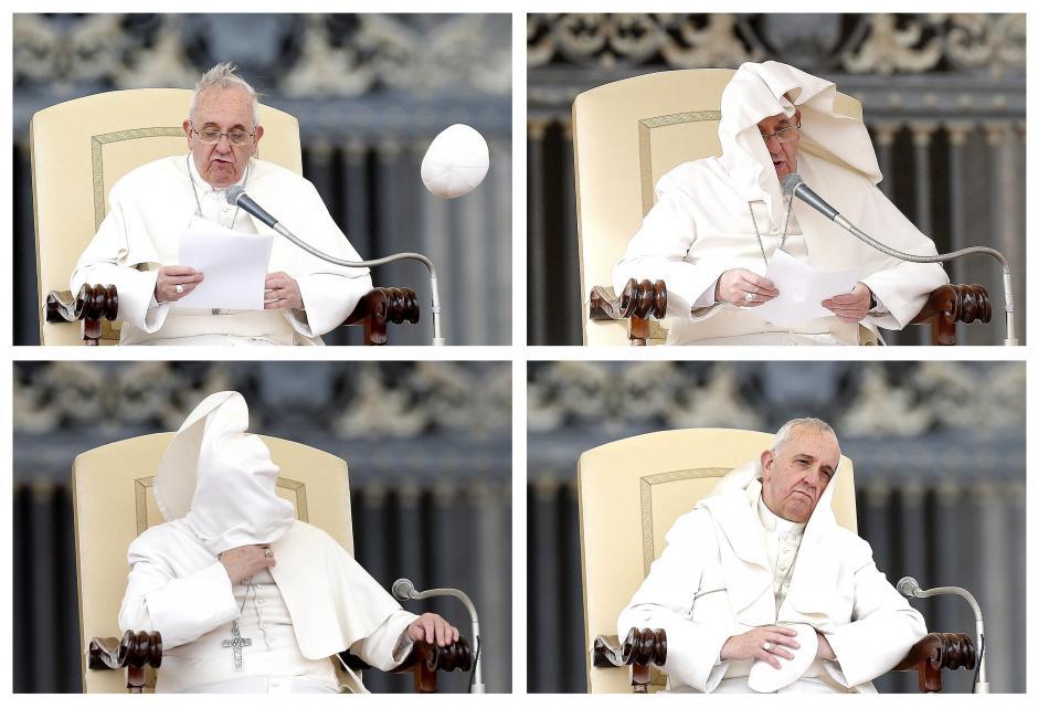 Este combo fotográfico que muestra la mala pasada que le juega el viento al papa Francisco durante la audiencia general de los miércoles en la plaza de San Pedro del Vaticano hoy, miércoles 19 de febrero tomadopor el fotógrafo de EFE, Fabio Frustaci.