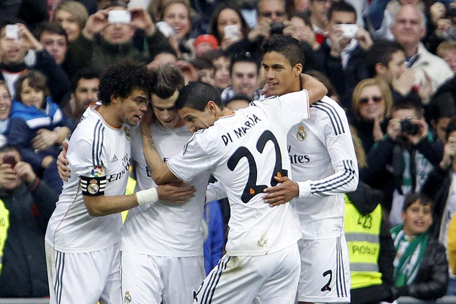 Marcelo, Di María y Varane, felicitan a Bale tras anotar el 2-0 parcial ante el Elche. (Foto: EFE)