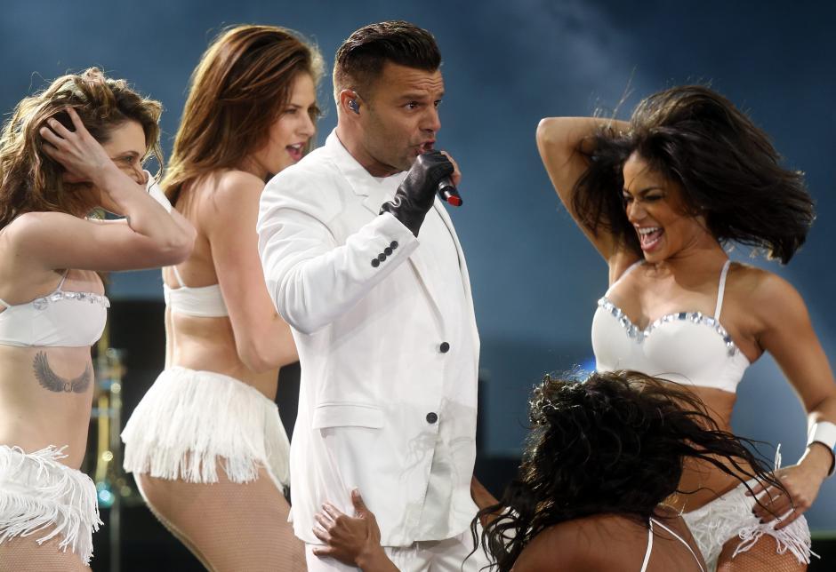 El cantante puertorriqueño Ricky Martin (c) se presenta, durante su concierto en la Quinta Vergara en la primera jornada del Festival Internacional de la Canción de Viña del Mar, a 100 km al oeste de Santiago de Chile (Chile). El festival tiene lugar entre el 23 y 28 de febrero. (Foto: EFE/Felipe Trueba)