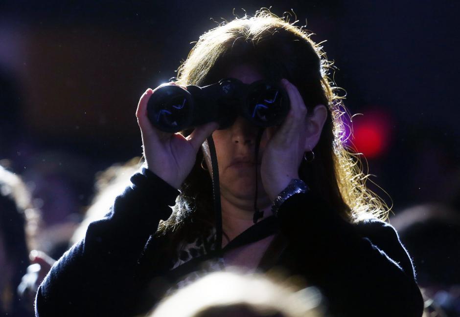 Una mujer observa el concierto, durante la primera jornada del Festival Internacional de la Canción de Viña del Mar, a 120 kilómetros al oeste de Santiago de Chile (Chile). (Foto: EFE/Felipe Trueba)