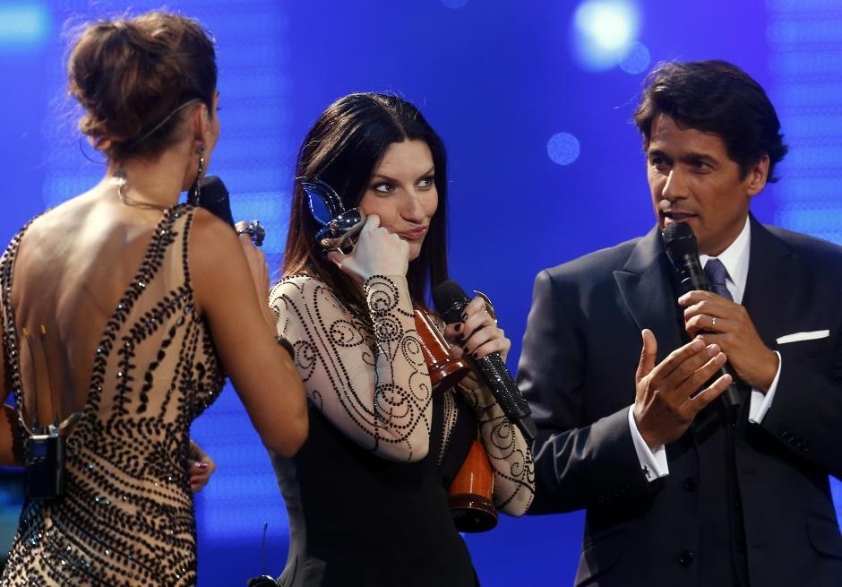 La cantante italiana Laura Pausini (c) recibe un galardón, tras su concierto en la Quinta Vergara, en la segunda jornada del Festival. (Foto: EFE/Felipe Trueba)