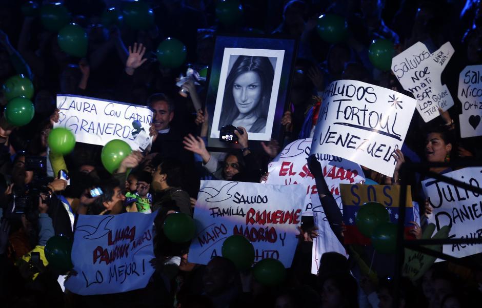 Seguidores de la cantante italiana Laura Pausini la aclaman en la segunda jornada del Festival Internacional de la Canción de Viña del Mar. (Foto: EFE/Felipe Trueba)