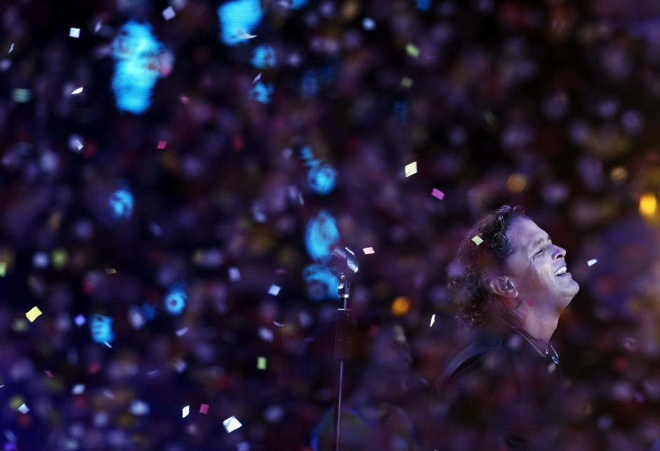 Después de 14 años, Vives regresó la noche de este miércoles al Festival de Viña, el más importante evento musical de Latinoamérica, y su vuelta trajo toda la energía acumulada en ese tiempo, algo que se notó en el escenario y en la emoción reflejada por el artista y sus músicos. (Foto: EFE/Felipe Trueba)