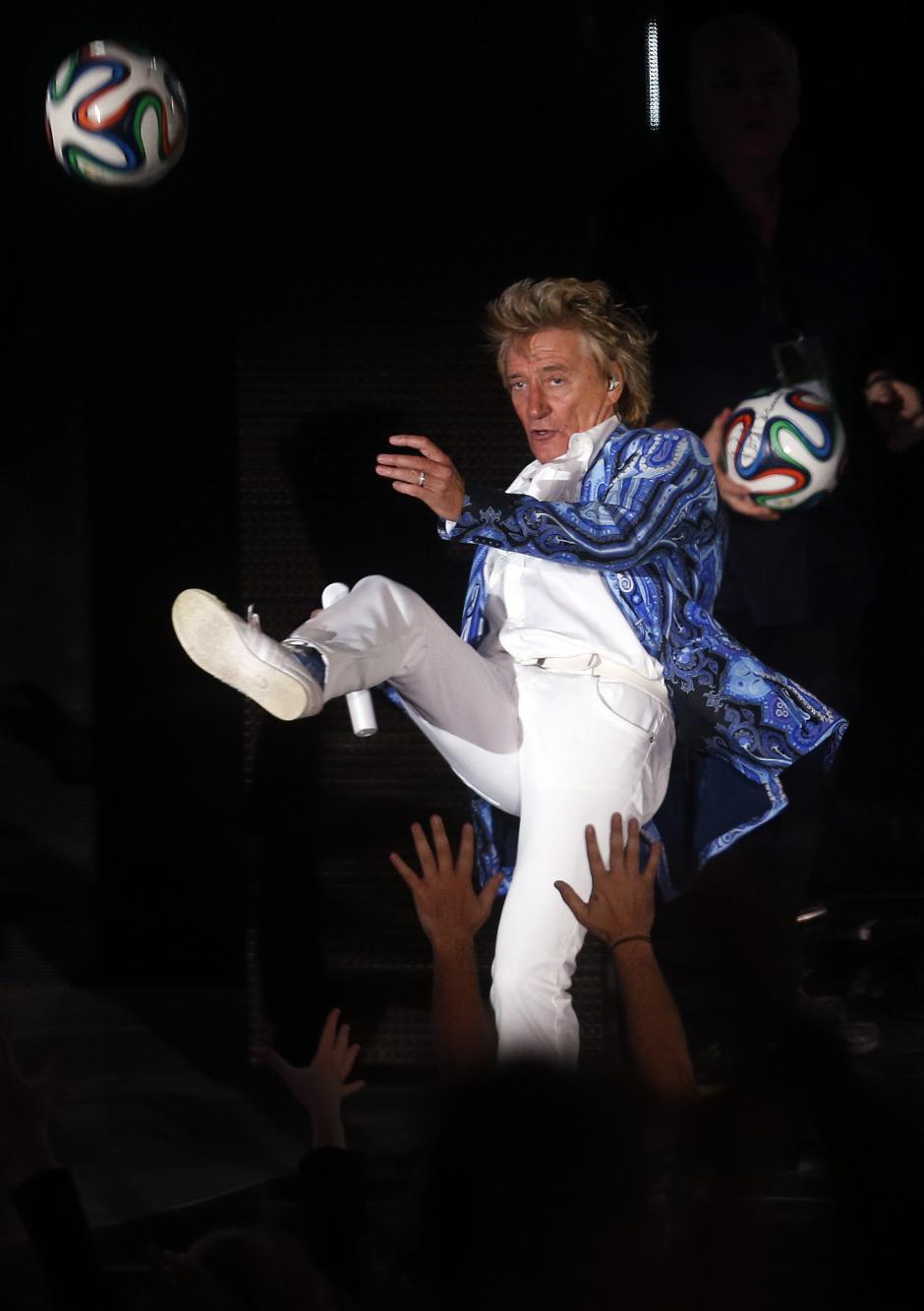 Rod Stewart fue ovacionado; él regalo pelotas y cantó sus éxitos en la Quinta Vergara que le devolvió la entrega. (Foto: EFE/Felipe Trueba)