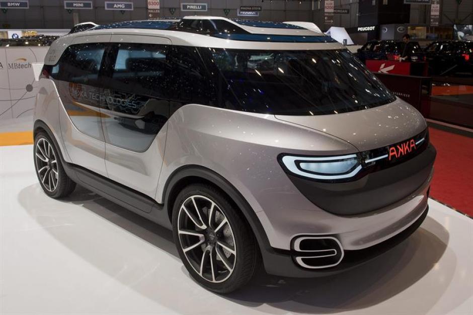 Un modelo del nuevo Akka Link & Go 2.0 permanece expuesto en el Salón del Automóvil de Ginebra. (Foto: EFE)